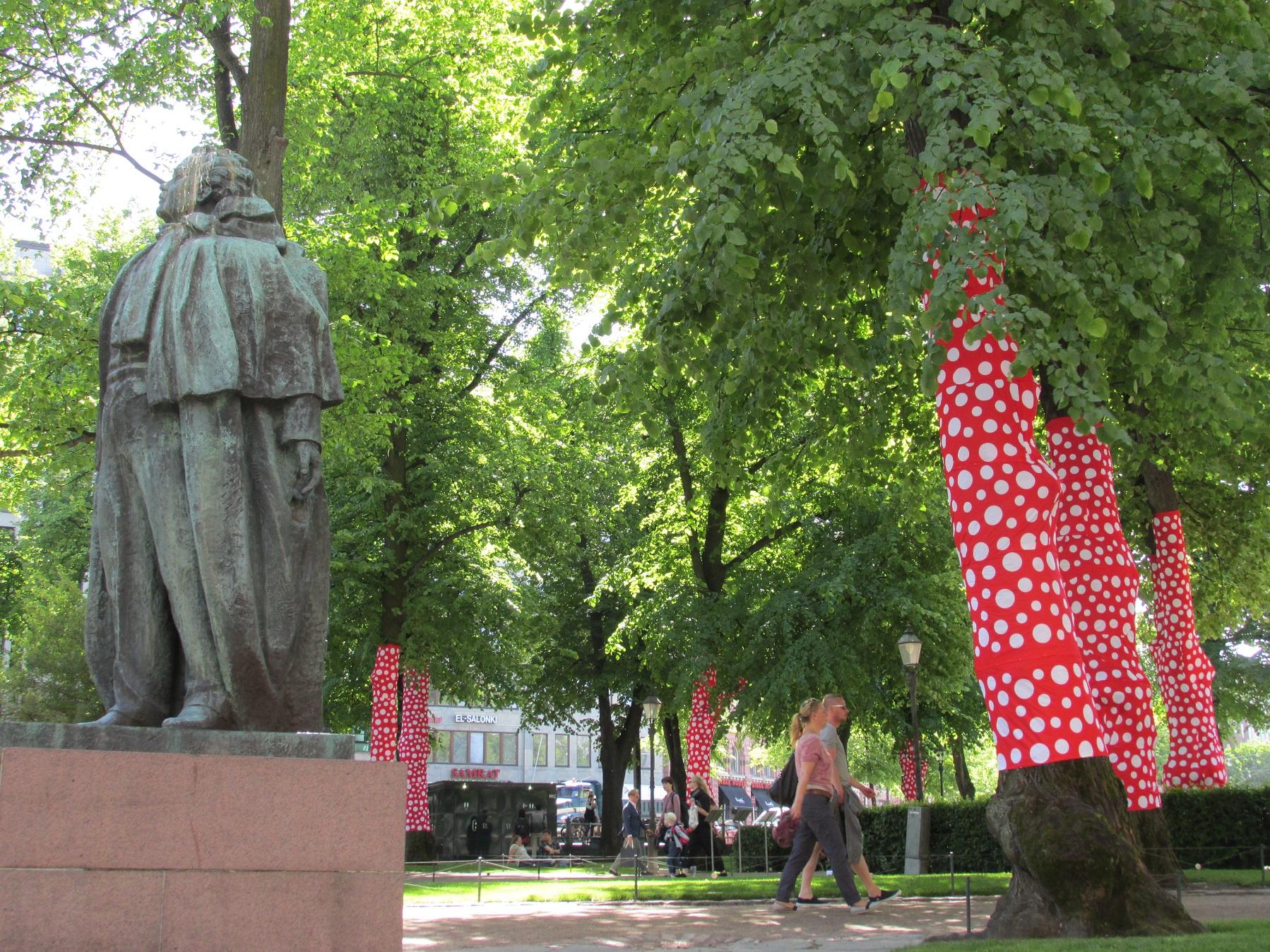 Nimi: Patsaiden puistossa 1 kk, Kuvaaja: Tarja Kaltiomaa
